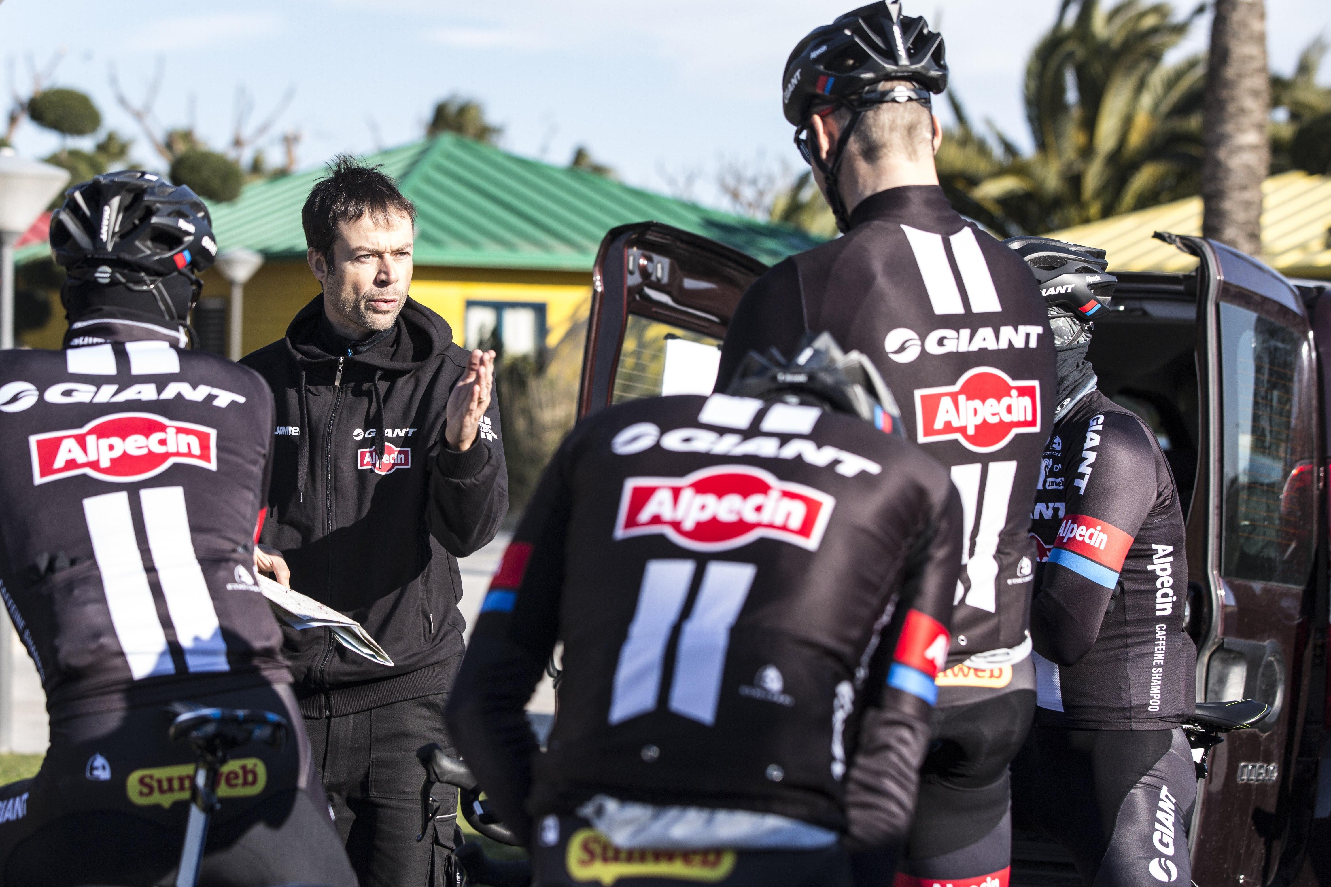 Mattias Reck med cyklister i Giant Alpecin