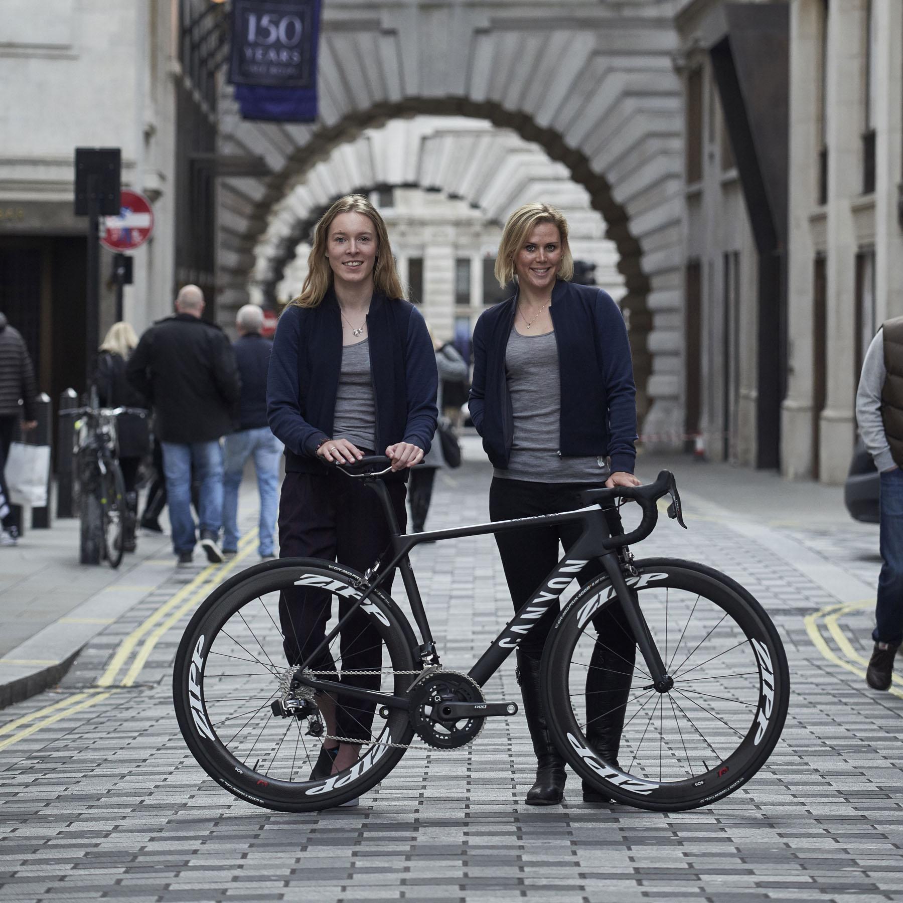 Hannah Barnes och Tiffany Cromwell med sin nya tävlingscykel från Canyon