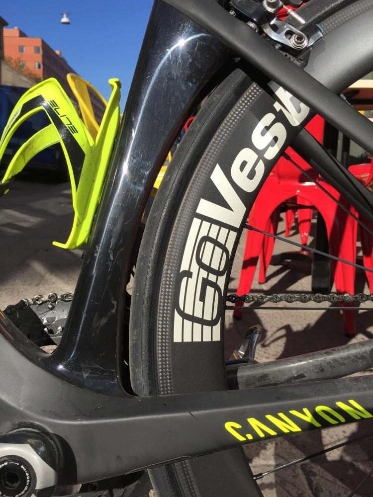 Våra testhjul har vita dekaler, men för att du ska kunna matcha hjulen med just din hoj finns de att få i även mörkgrått, helsvart eller rött.