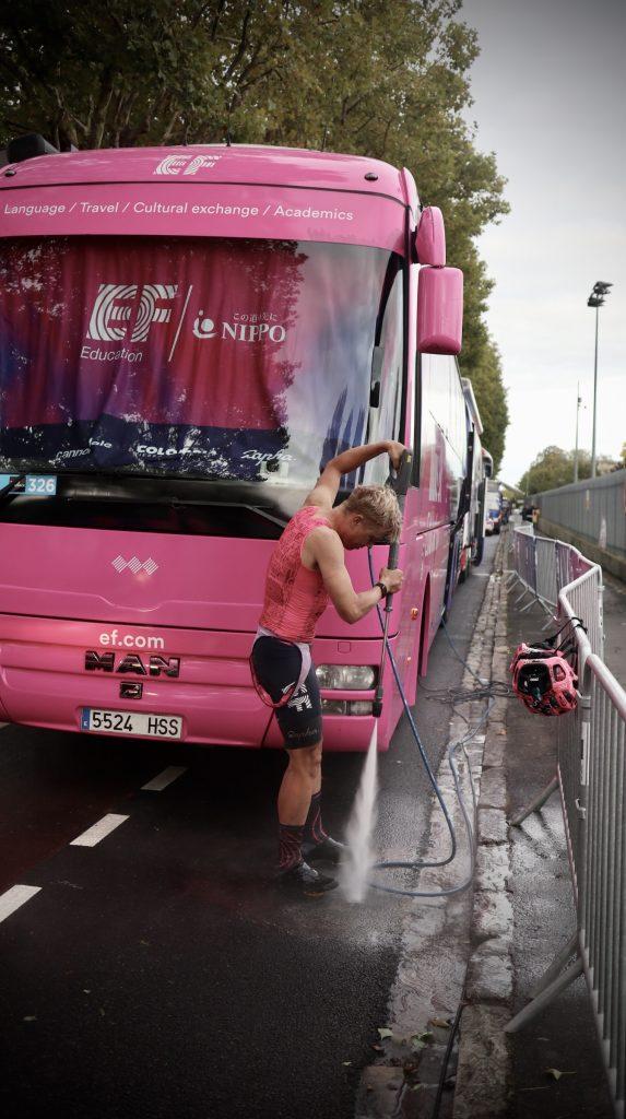 Cyklist duschar efter Paris-Roubaix